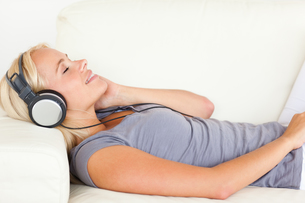 Beautiful woman listening to musicの写真素材 [FYI00484627]