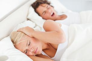 Woman awaken by her boyfriends snoringの写真素材 [FYI00484629]