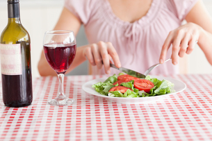 Cute Woman eating lunch and drinking wineの素材 [FYI00484648]
