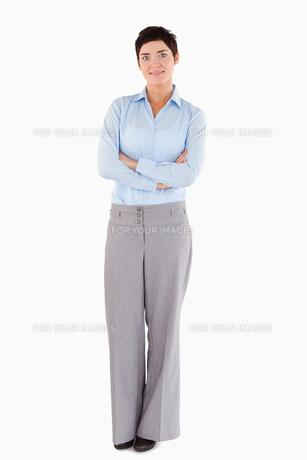 Smiling businesswoman standing upの写真素材 [FYI00484665]