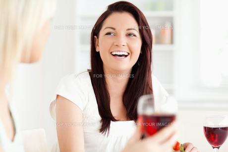 Portrait of young Women drinking wineの写真素材 [FYI00484667]