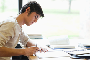 Serious male student writingの写真素材 [FYI00484680]