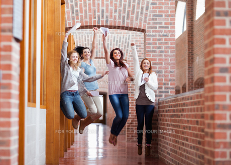 Students jumping with their resultsの素材 [FYI00484691]