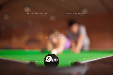 Man teaching pool to his fianceの素材 [FYI00484715]