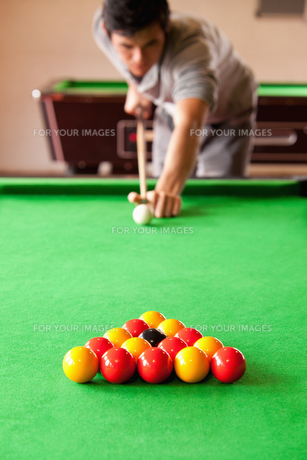Portrait of a man playing snookerの素材 [FYI00484716]