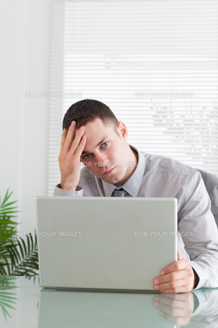 Close up of businessman having a problem with his laptopの写真素材 [FYI00484727]