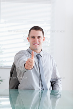 Smiling businessman giving his approvalの写真素材 [FYI00484728]