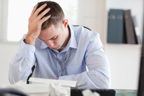 Businessman stressed while doing his accountingの写真素材 [FYI00484730]