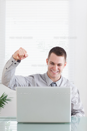 Close up of businessman happy about an emailの写真素材 [FYI00484731]