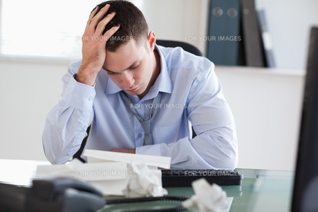 Close up of businessman frustrated with paperworkの写真素材 [FYI00484735]