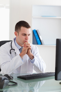 Doctor looking at computer screenの写真素材 [FYI00484738]