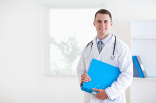 Doctor with folderの写真素材 [FYI00484744]