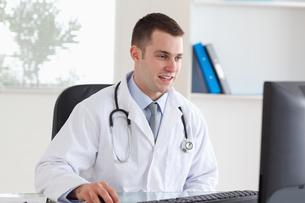 Doctor using his computerの写真素材 [FYI00484745]