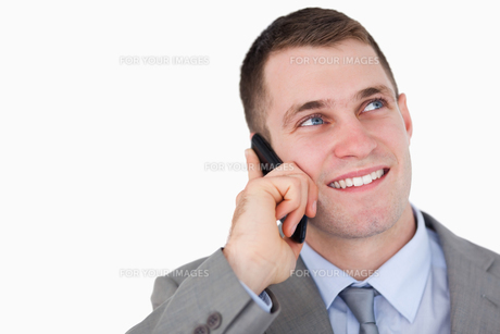 Close up of businessman looking up while on the phoneの写真素材 [FYI00484748]