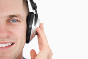 Close up of a young man listening to musicの写真素材 [FYI00484757]