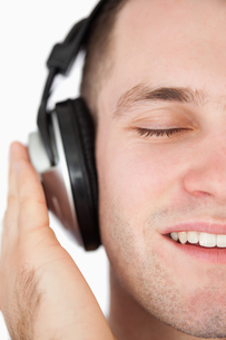 Close up of a serene man listening to musicの写真素材 [FYI00484760]