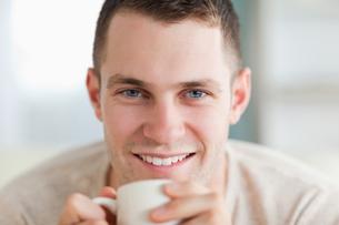 Close up of a man having a teaの素材 [FYI00484761]