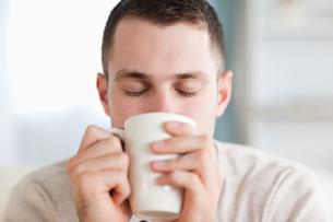 Calm man having a coffeeの素材 [FYI00484762]