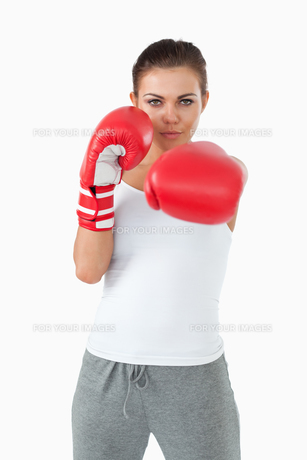 Young female boxer striking with her leftの素材 [FYI00484769]