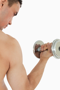 Atletic guy lifting dumbbellの写真素材 [FYI00484770]