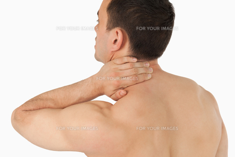 Young man experiencing neck painの写真素材 [FYI00484771]