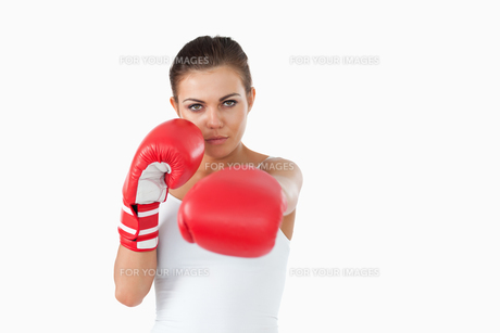 Young female boxer attacking with her leftの素材 [FYI00484773]