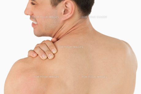 Young man with neck painの写真素材 [FYI00484774]