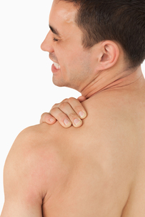 Young male experiencing neck painの写真素材 [FYI00484775]