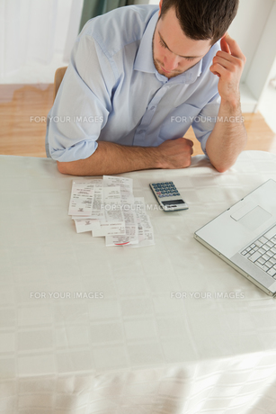 Businessman checking his billsの写真素材 [FYI00484796]