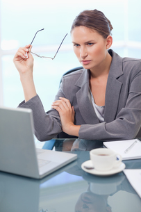 Portrait of a businesswoman using a laptopの写真素材 [FYI00484798]