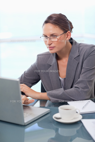 Portrait of a focused businesswoman using a laptopの写真素材 [FYI00484803]