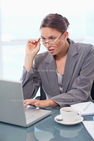 Portrait of a chocked businesswoman using a laptopの写真素材 [FYI00484804]