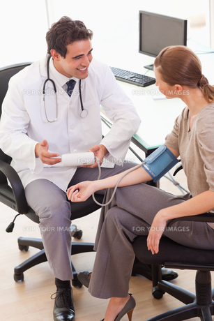 Doctor is relieved after taking his patients blood pressureの素材 [FYI00484808]