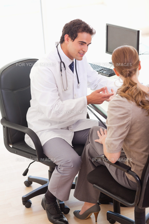 Doctor talking with his patientの素材 [FYI00484809]