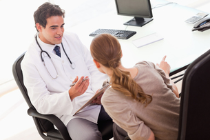 Doctor asking his patient for symptomsの写真素材 [FYI00484811]