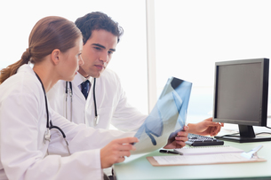 Medical team checking xraysの写真素材 [FYI00484812]