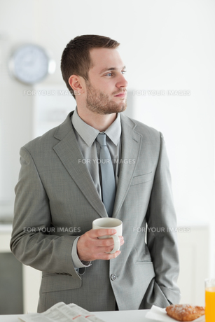 Portrait of a young businessman having breakfastの素材 [FYI00484829]