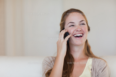 Woman enjoying call on her cellphoneの写真素材 [FYI00484857]