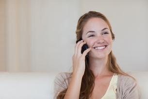 Woman enjoying her telephone conversationの写真素材 [FYI00484860]