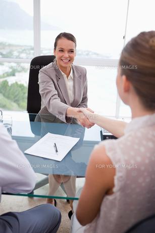 Business partners shaking handsの素材 [FYI00484868]