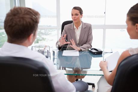 Lawyer explaining legal situationの素材 [FYI00484871]