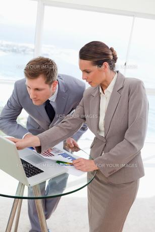Analyst explaining report to her bossの写真素材 [FYI00484875]