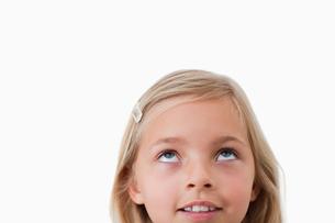 Happy girl looking upの素材 [FYI00484880]
