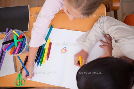 Above view of schoolgirls drawingの写真素材 [FYI00484882]