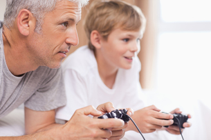 Father playing video games with his young sonの写真素材 [FYI00484883]