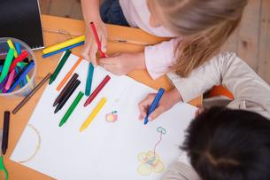 Above view of little schoolgirls drawingの写真素材 [FYI00484885]