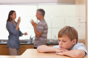 Sad little boy hearing his parents having am argumentの写真素材 [FYI00484889]