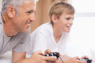 Father and his son playing video gamesの写真素材 [FYI00484891]