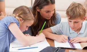 Mother helping her children to do their homeworkの写真素材 [FYI00484899]