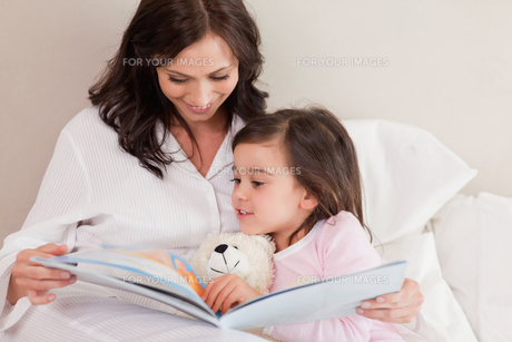 Mother reading a story to her daughterの写真素材 [FYI00484906]